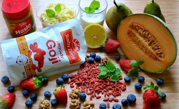 Kasza jaglana z jagodami goji, masłem orzechowym i owocami