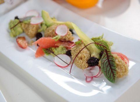 Quinoa jabłkowa z avocado, rzodkiewką i młodym burakiem