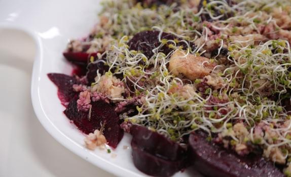 Sałatka z quinoa, burakiem i śliwką