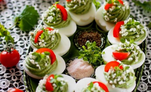 Wiosenne jajka faszerowane kremem z chwastów i twarogu