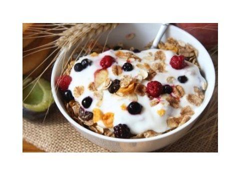 Jogurt z konfiturą, błonnikiem i ziarnami