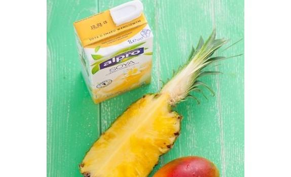 Tropikalny koktajl z mango i ananasa